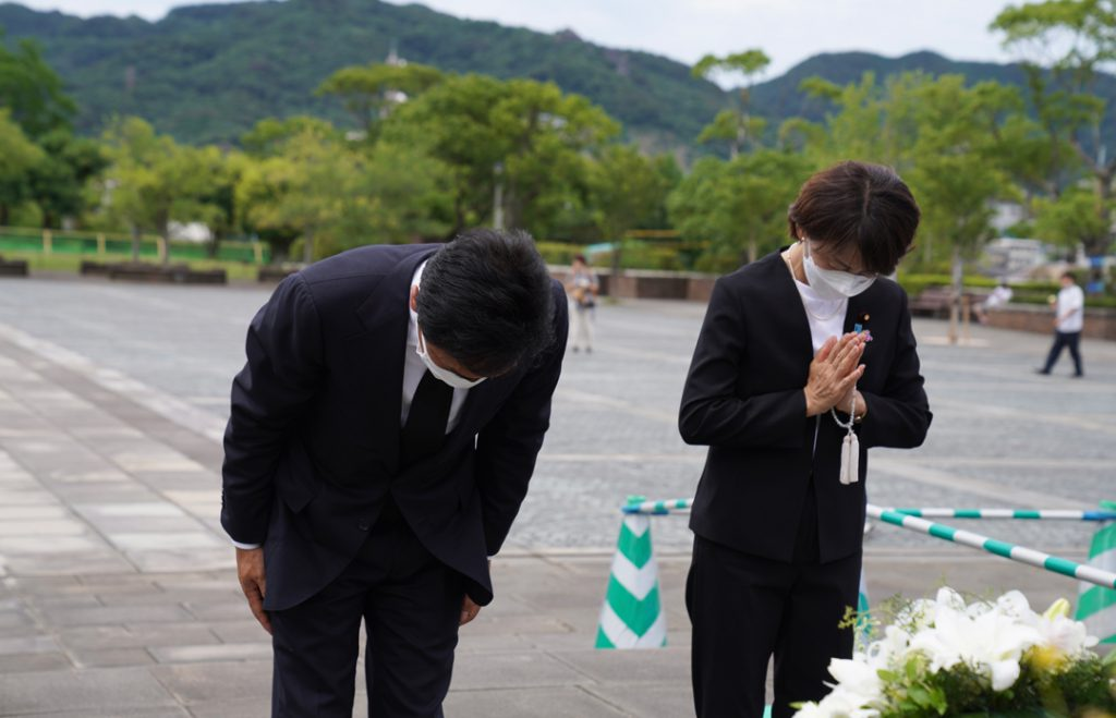 平和祈念像へお辞儀をする西岡秀子と玉木雄一郎